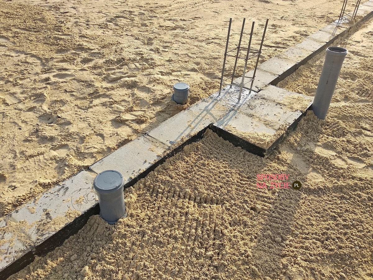 budowa domu fundamenty przygotowanie instalacji sanitarnej