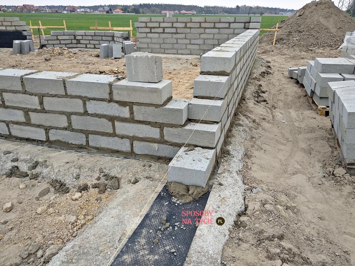 fundamenty izolacja pozioma i postawienie ścian podziemnych