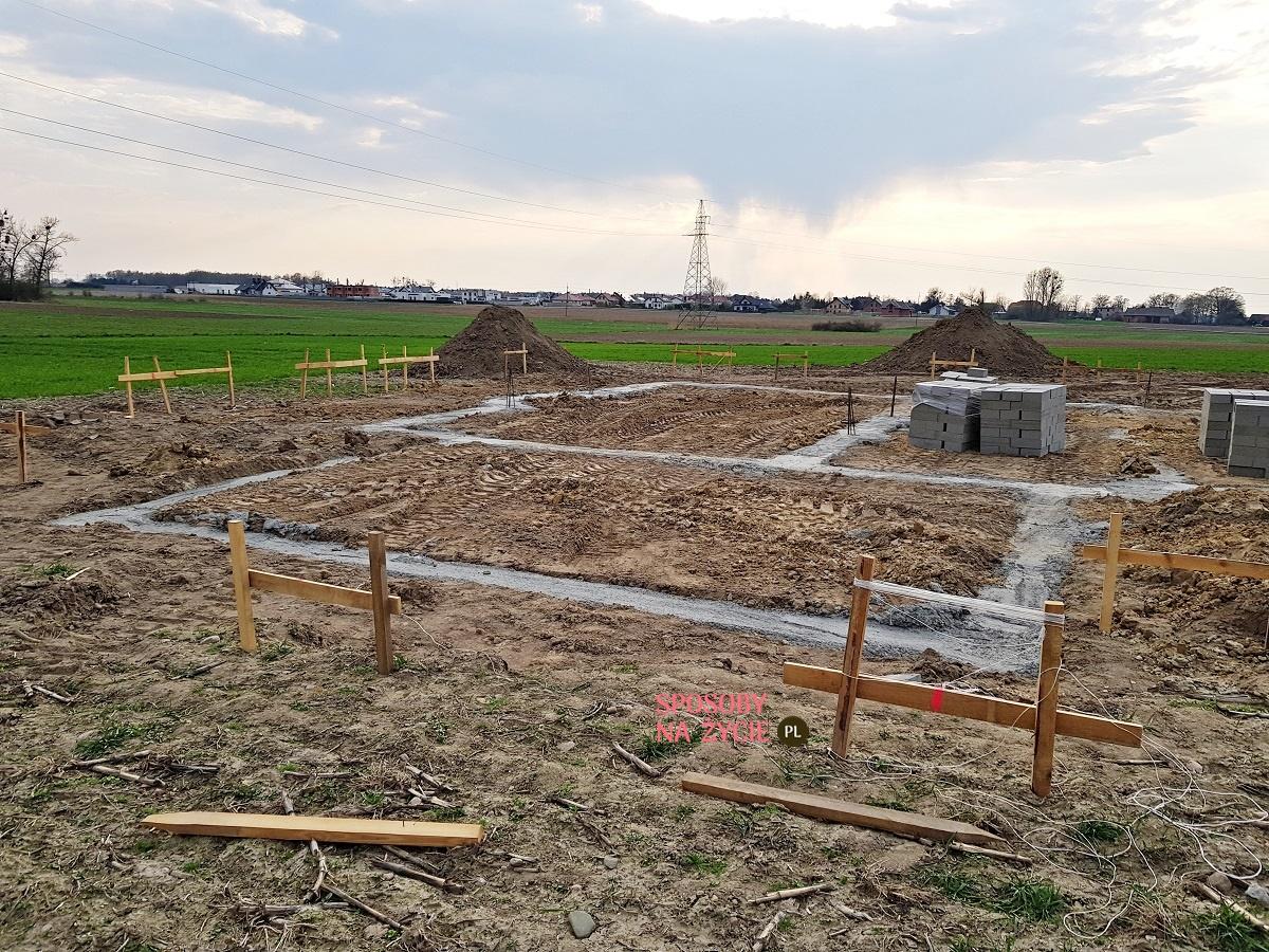 budowa domu zalewanie fundamentów