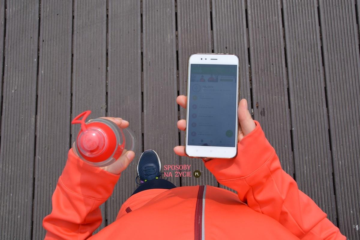 Endomondo i butelka z wodą bieganie