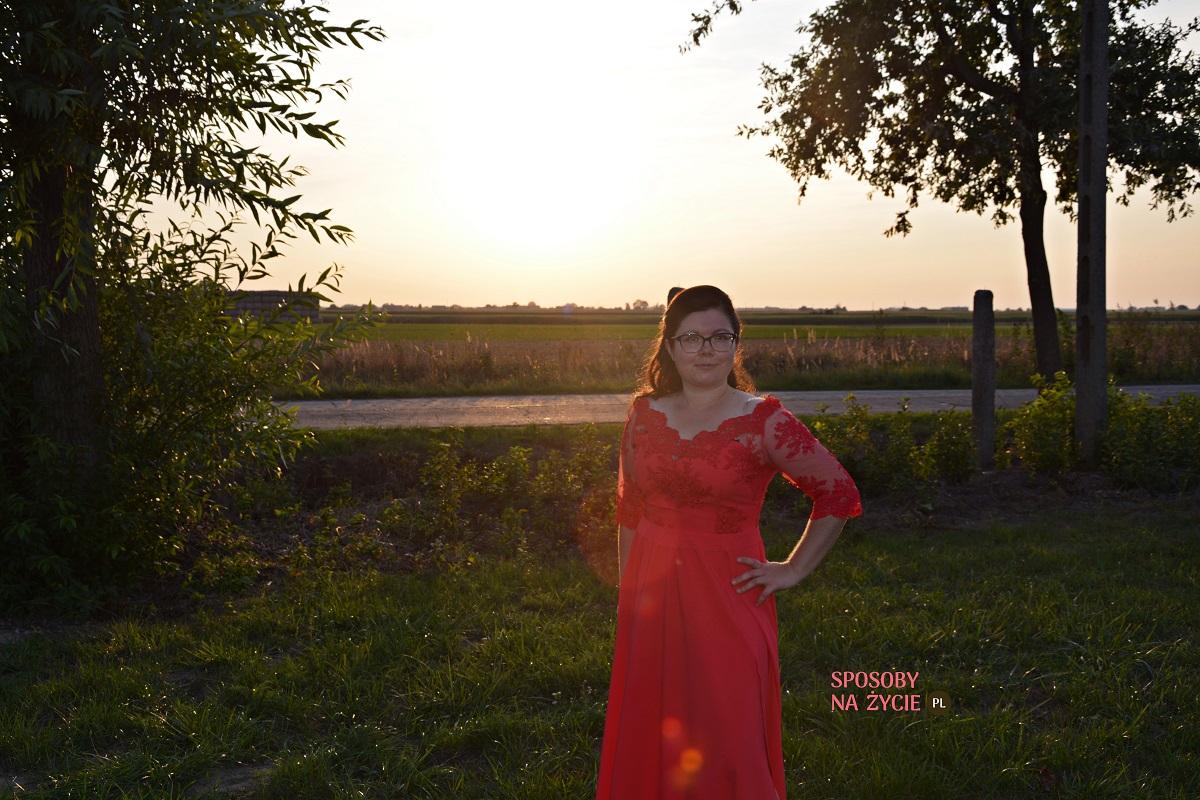 Elegancka czerwona sukienka na wesele