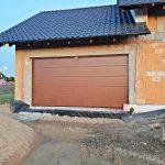 Budowa domu krok po kroku: wybór bramy garażowej