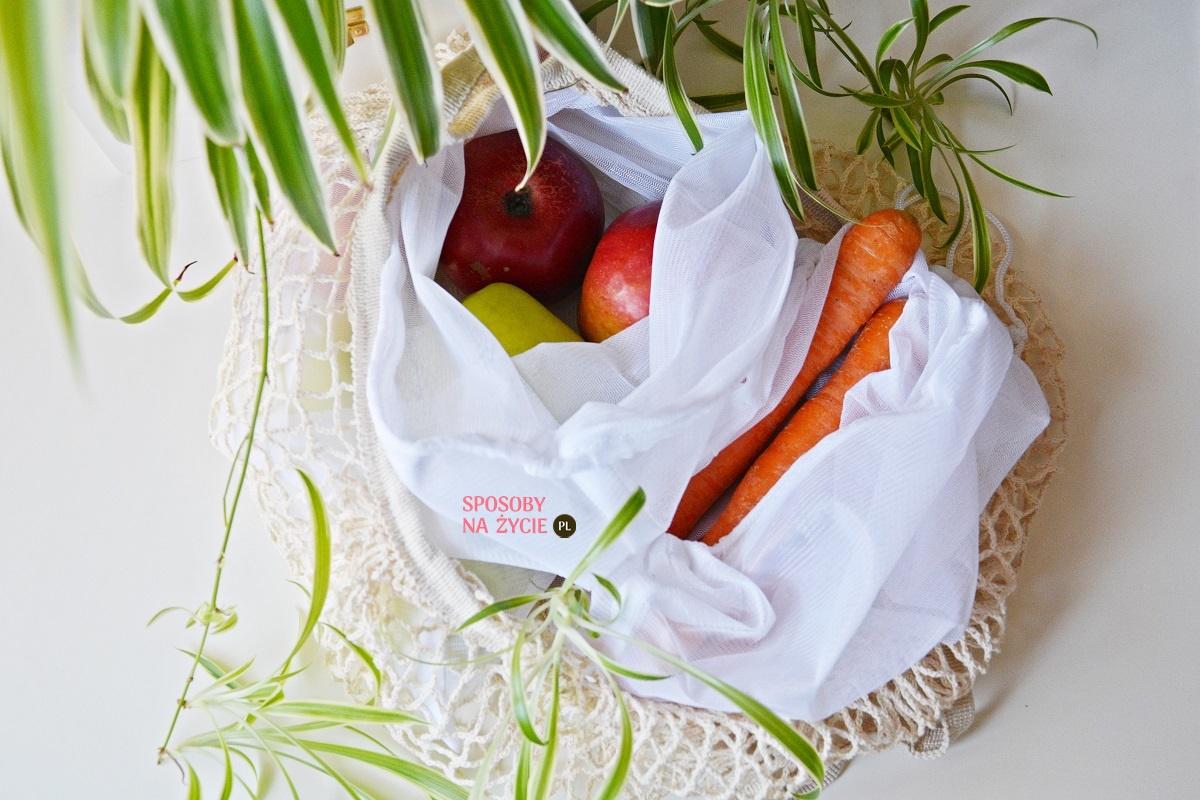Wielorazowe torby na zakupy i woreczki do pakowania warzyw i owoców zero waste – dlaczego ich używać?
