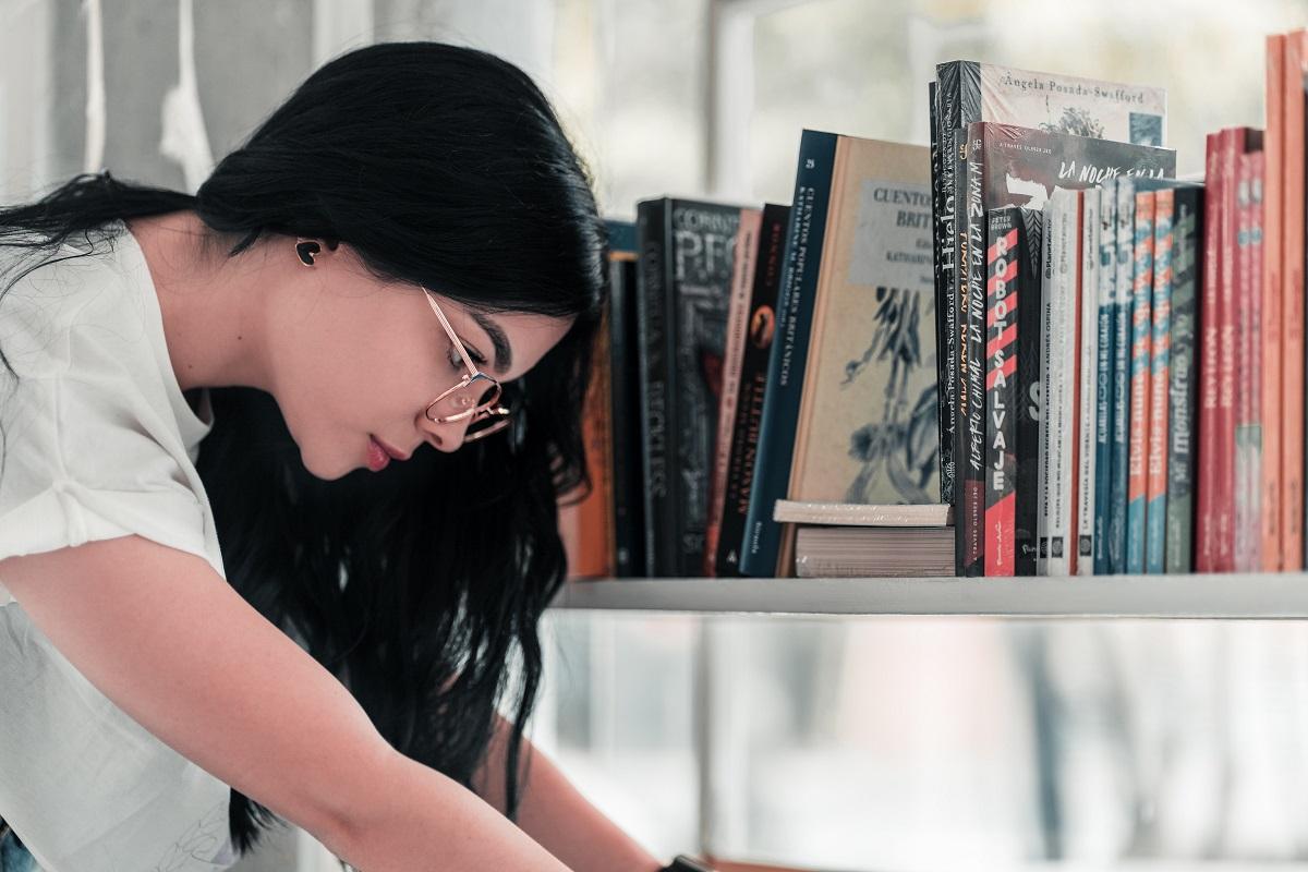Jak odkurzać biblioteczkę lub regał na książki?