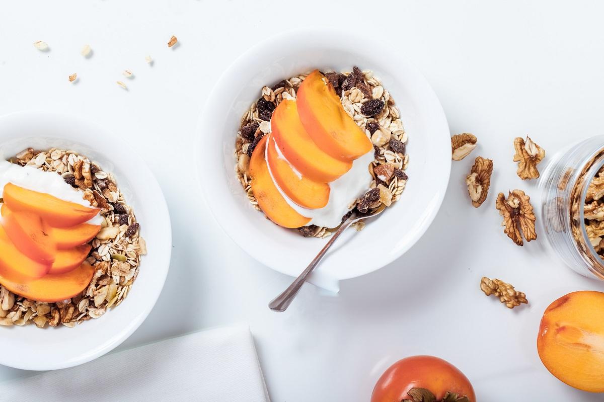 Jogurt z granolą i owocami sezonowymi