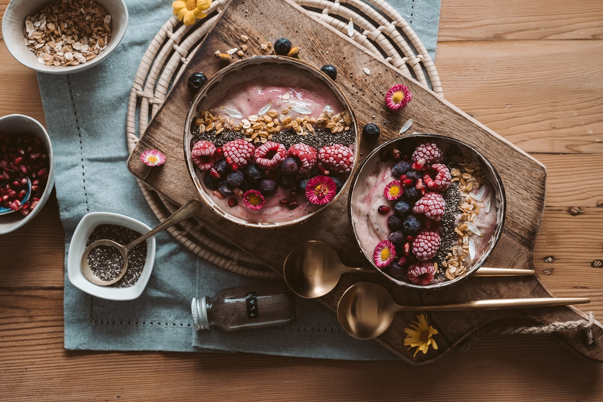 Proste i szybkie śniadania z owocami sezonowymi