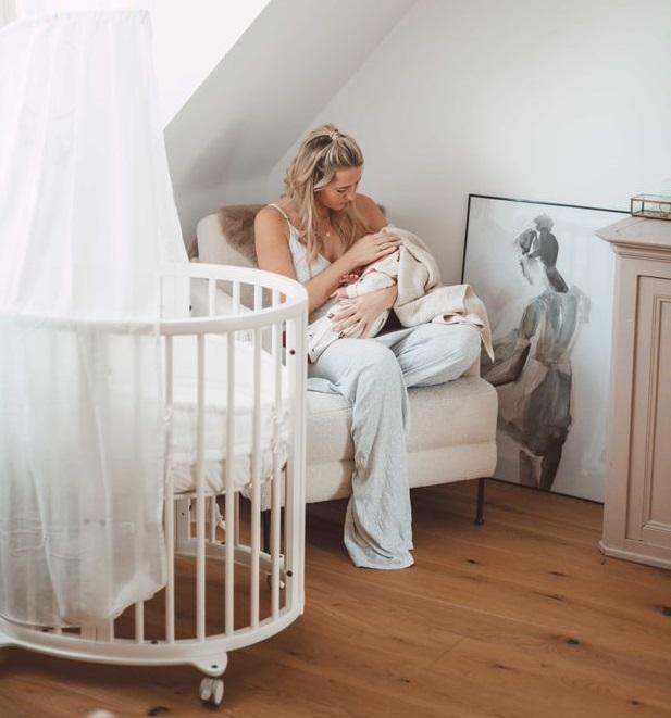 łóżeczko dla noworodka na kółkach i z baldachimem, które rośnie razem z dzieckiem